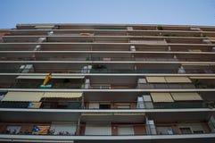 Bandeiras espanholas e bandeiras catalãs na vizinhança residencial Fotografia de Stock