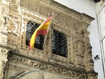 Bandeiras espanholas que voam acima das construções em Sevilha, Espanha fotografia de stock royalty free