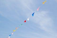 Bandeiras festivas da estamenha contra um fundo do céu azul Foto de Stock Royalty Free
