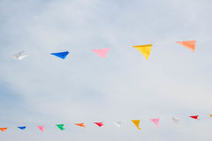 Bandeiras festivas da estamenha contra um fundo do céu azul Fotos de Stock