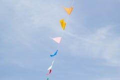Bandeiras festivas da estamenha contra um fundo do céu azul Imagens de Stock Royalty Free