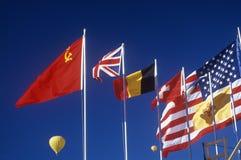 Bandeiras globais que voam no Albuquerque, festa do balão do nanômetro fotografia de stock