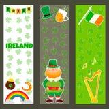 Bandeiras irlandesas com símbolos, caráteres e elementos tradicionais ilustração do vetor