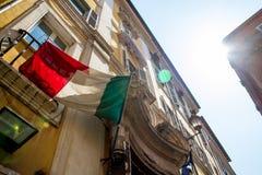 Bandeiras italianas na corda Imagem de Stock Royalty Free