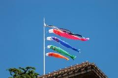 Bandeiras japonesas do koinobori para o dia do ` s das crianças no backgrou do céu azul Imagens de Stock Royalty Free
