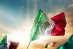 Bandeiras mexicanas contra um céu brilhante, Dia da Independência, cinco de m foto de stock