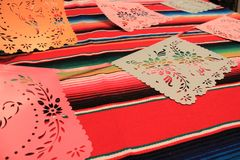 Bandeiras mexicanas da estamenha da decoração do de Mayo do cinco da festa do fundo do serape do poncho de México Fotografia de Stock Royalty Free