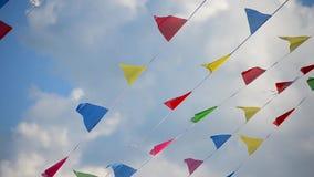 bandeiras Multi-coloridas que balançam no vento no fundo das nuvens