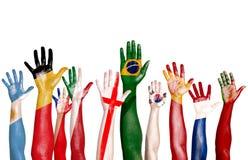 Bandeiras multinacionais tiradas nas mãos levantadas ilustração do vetor