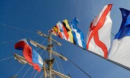 Bandeiras náuticas contra o céu azul fotos de stock
