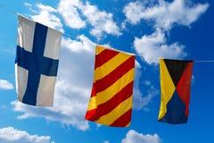 Bandeiras náuticas em um céu azul (XYZ) foto de stock
