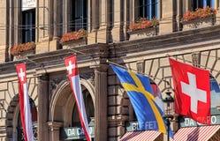 Bandeiras na fachada da construção principal da estação de trem de Zurique Imagem de Stock Royalty Free