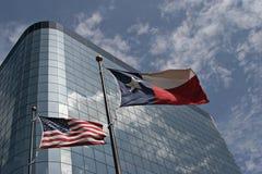 Bandeiras na frente do prédio de escritórios Imagem de Stock