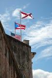 Bandeiras na parede do forte Fotos de Stock Royalty Free