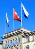 Bandeiras na parte superior da construção do hotel da laca do au de Baur imagem de stock royalty free