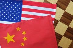 Bandeiras nacionais de China e de EUA na placa de xadrez Consulte para opor entre dois países grandes fotos de stock royalty free