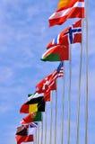 Bandeiras nacionais de voo do país diferente Fotografia de Stock