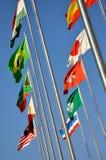 Bandeiras nacionais diferentes sob o céu Foto de Stock
