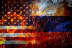 Bandeiras nacionais dos EUA e da Rússia imagem de stock royalty free