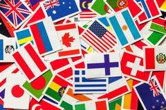 Bandeiras nacionais dos países diferentes do mundo em um montão dispersado Foto de Stock Royalty Free