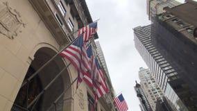 Bandeiras nacionais em construções em Manhattan do centro video estoque