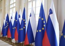 Bandeiras nacionais eslovenas e bandeiras europeias de E. - Foto de Stock