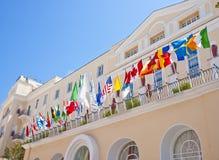 Bandeiras no hotel de Capri imagens de stock royalty free