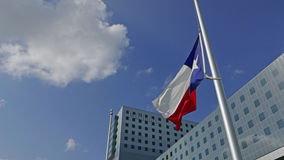 Bandeiras no meio pessoal em Dallas no hospital novo do Parkland após um tiro mortal de cinco agentes da polícia em julho, 7o 201 Fotos de Stock Royalty Free