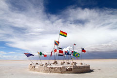 Bandeiras no Salar de Uyuni fotografia de stock royalty free