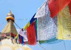 Bandeiras no stupa budista imagem de stock royalty free