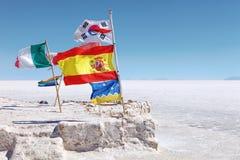 Bandeiras nos planos de sal de Uyuni, platô Bolívia Fotografia de Stock Royalty Free