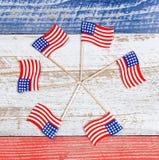 Bandeiras pequenas dos EUA na formação do girândola em placas rústicas com nati Imagens de Stock Royalty Free