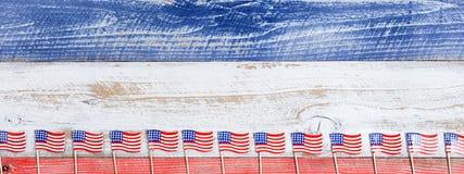 Bandeiras pequenas dos EUA na parte inferior de placas rústicas com cores nacionais Foto de Stock