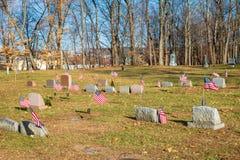 Bandeiras perto das lápides de veteranos de guerra do Estados Unidos fotos de stock