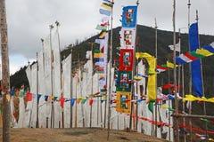 Bandeiras pitorescas da oração da passagem de Chelela em Butão Imagens de Stock Royalty Free
