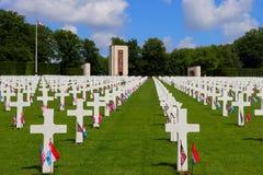 Bandeiras por um feriado em sepulturas no cemitério e no memorial americanos de Luxemburgo imagens de stock royalty free