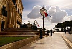 Bandeiras que acenam na construção do palácio do primeiro ministro em Valletta Fotografia de Stock