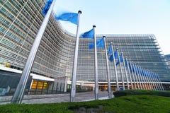 Bandeiras que acenam na frente da construção de Berlaymont, matrizes da UE da União Europeia da Comissão Europeia em Bruxelas fotografia de stock
