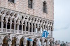 Bandeiras que estão sendo jogadas no ar no quadrado do ` s de St Mark durante a cerimônia de Maria do delle de Festa Veneza Itáli imagens de stock royalty free