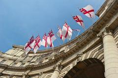 Bandeiras que voam o arco onAdmiralty, Londres, Inglaterra, Reino Unido Imagem de Stock