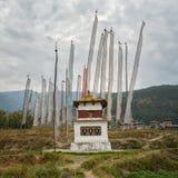 Bandeiras religiosas Butão do stupa e da oração Fotos de Stock Royalty Free