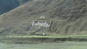 Bandeiras sagrados e escrita do tibetano na montanha Foto de Stock Royalty Free