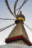 Bandeiras santamente coloridas no stupa Kathmandu Nepal do templo de Boudhanath imagens de stock royalty free