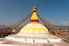 Bandeiras santamente no stupa Kathmandu do templo de Boudhanath fotos de stock royalty free