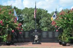 Bandeiras sobre o memorial da aplicação da lei de Delaware Foto de Stock