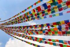 Bandeiras tibetanas da oração em Nepal fotografia de stock royalty free