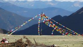 Bandeiras tibetanas da oração em uma montanha Foto de Stock Royalty Free