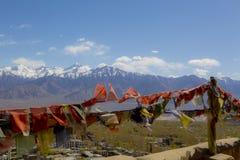 Bandeiras tibetanas da oração no fundo da escala de Himalaya do cenário da montanha, em Leh-Ladakh, em Jammu & em Kashmir espetac imagem de stock royalty free