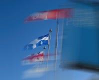 Bandeiras Vento-fundidas em Montreal, Canadá Imagens de Stock