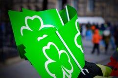 Bandeiras verdes com símbolo do trevo para a celebração do dia do ` s de St Patrick Fotografia de Stock